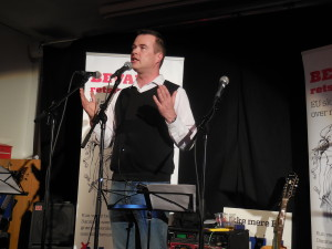Lave K. Broch holder tale ved Folkebevægelsens afstemningsfest den 3. december 2015.