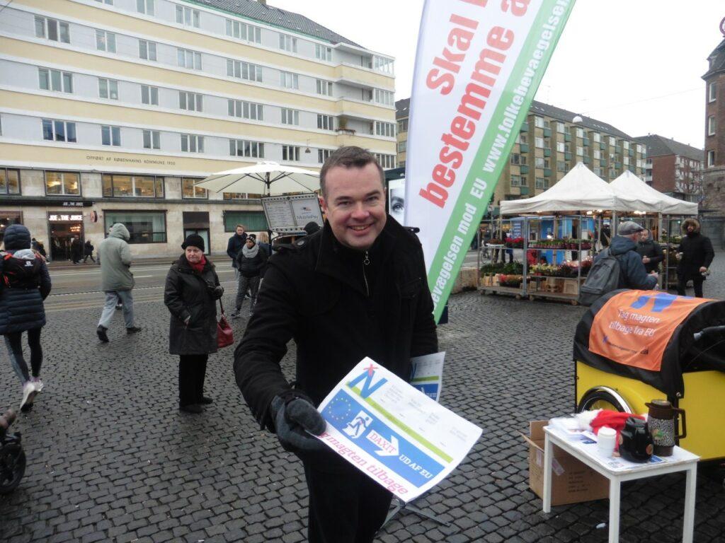 Lave K. Broch er på Christianshavn og deler materiale ud for Folkebevægelsen mod EU.